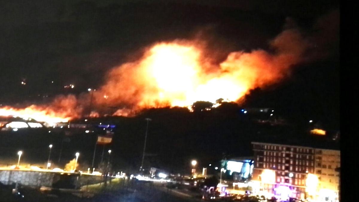 Imagen del incendio próximo a Torrelavega (Foto: Efe).
