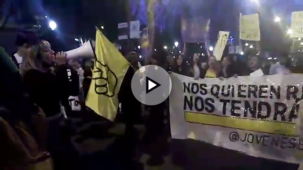 Los manifestantes de la asociación Jóvenes en pie amenazan al ministro de Interior.