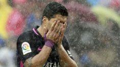 Suárez se lamenta bajo la lluvia. (EFE)