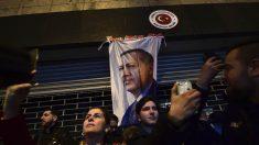 Seguidores turcos de Erdogan protestan en la embajada turca en Holanda (Foto: AFP)