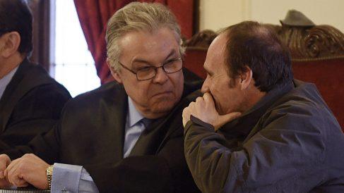 Miguel Ángel Muñoz, único acusado del crimen de la peregrina estadounidense, conversa con su abogado. (EFE)