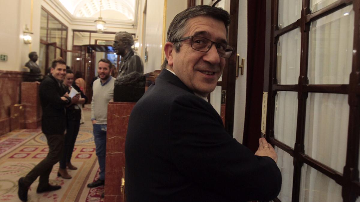 Patxi López sonriente en los aledaños del Congreso de los Diputados (Foto: Francisco Toledo)