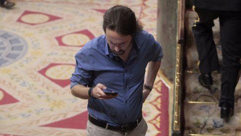 El líder de Podemos, Pablo Iglesias, con el móvil en el Congreso de los Diputados (Foto: Francisco Toledo)
