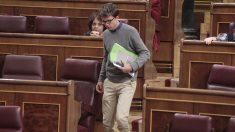 Iñigo Errejón de camino a su asiento en el Congreso de los Diputados. (Foto: Francisco Toledo)