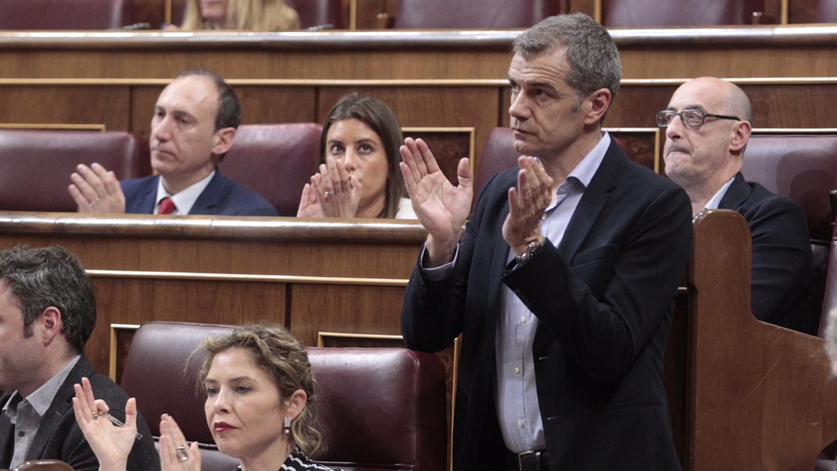 El diputado de Ciudadanos, Toni Cantó, aplaudiendo en el Congreso (Foto: Francisco Toledo)