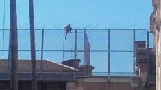 Un preso intenta fugarse por el tejado de la cárcel Modelo de Barcelona (Foto: Twitter)