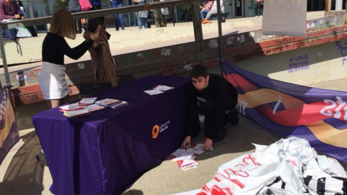 Daños en la carpa de Sociedad Civil Catalana en la Universidad Autónoma de Barcelona (Foto: Twitter)