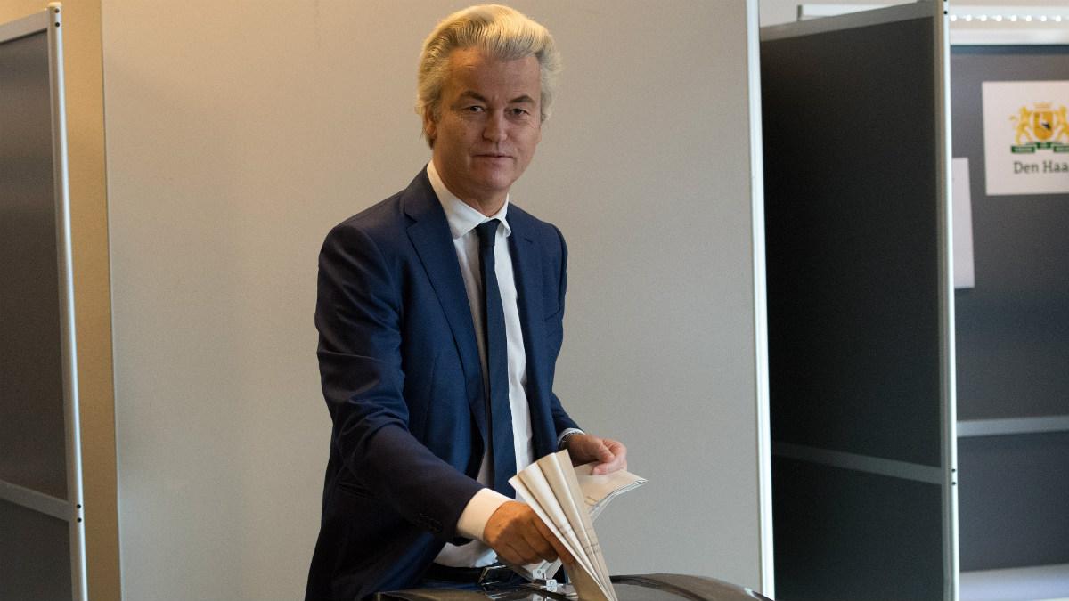 El ultraderechista Geert Wilders ejerciendo su derecho al voto en las elecciones de Holanda  (Foto: AFP)