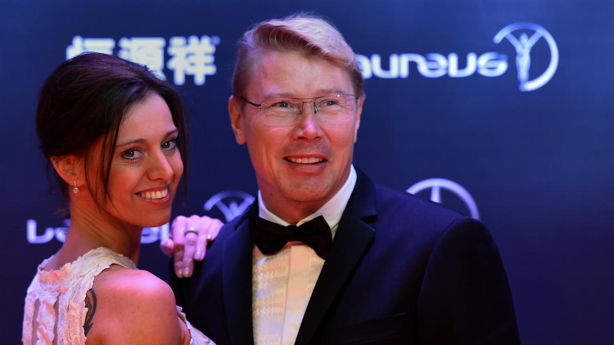 Mika Hakkinen, con su esposa en los Premios Laureus. (AFP)