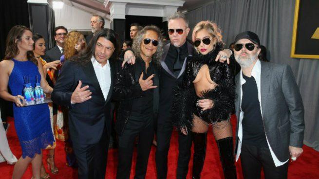 Los integrantes de la banda Metallica, junto a Lady Gaga en la pasada edición de los premios Grammy.