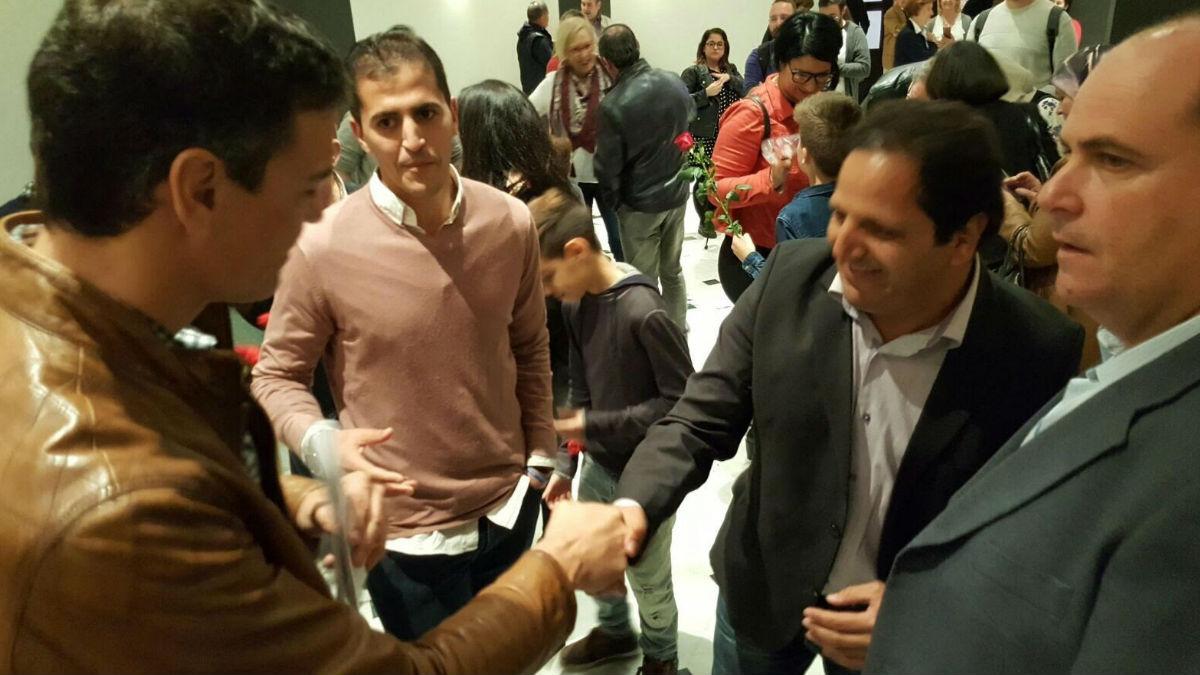 Pedro Sánchez saludando a miembros de Coalición por Melilla. (Foto: Twitter)