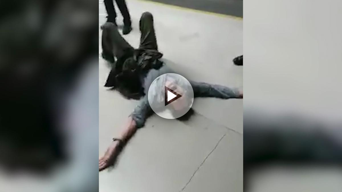 Un pasajero del AVE simula una agresión de la policía y se tira dos minutos haciendo teatro