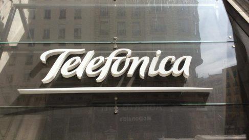 Letrero de Telefónica en la puerta de una de sus sedes.