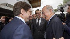 José Ignacio Goirigolzarri, presidente de Bankia, saluda a Carlos Egea, presidente de BMN.