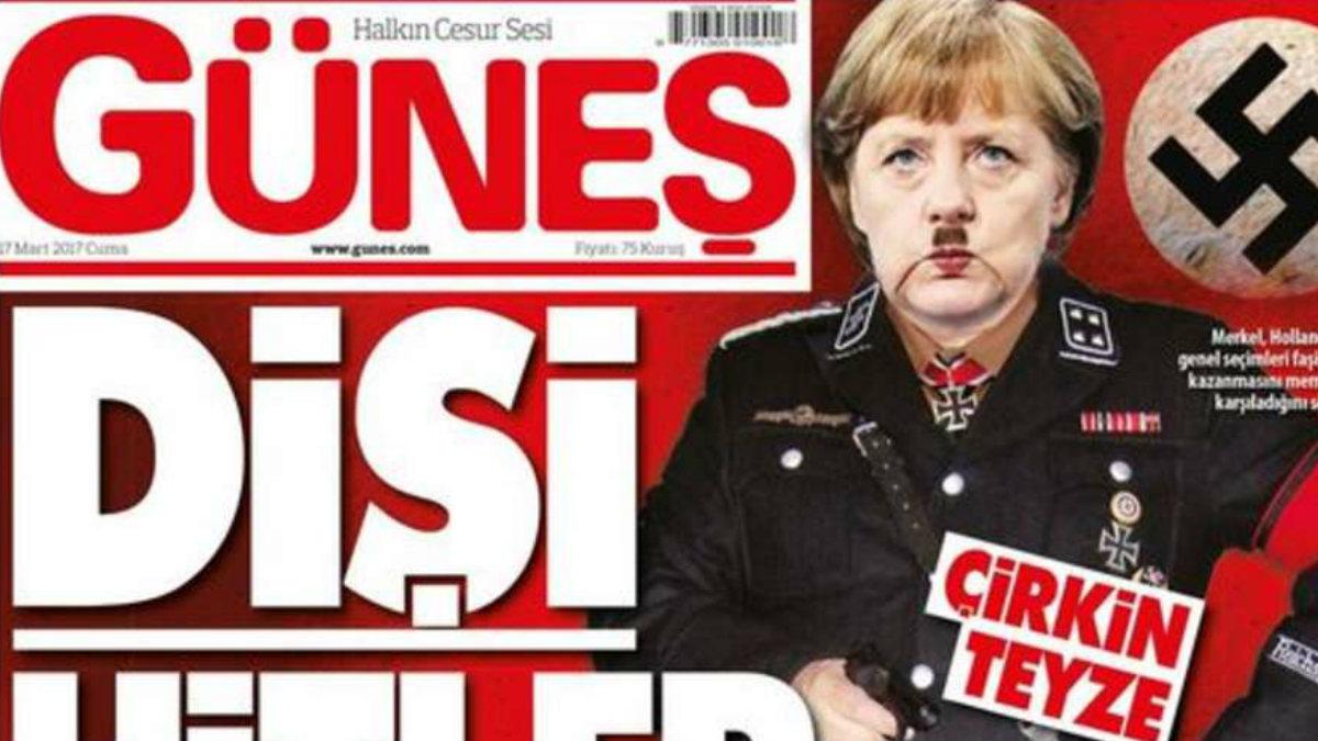 La portada del periódico turco 'Gunes' con la canciller Angela Merkel caracterizada como Hitler.
