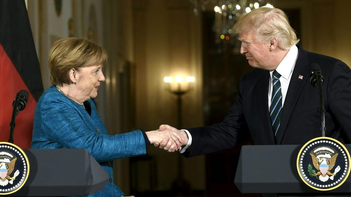 Merkel y Trump se saludan el pasado marzo en la Casa Blanca. (Foto: AFP)