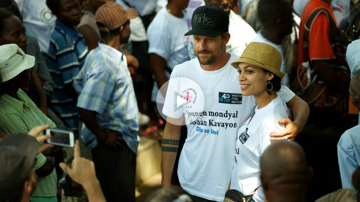 El surfista-humanitario Jon Rose junto a la actriz Rosario Dawson. Foto: Red Bull TV
