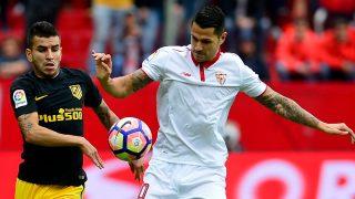 Correa y Vitolo pelean un balón durante el Sevilla – Atlético