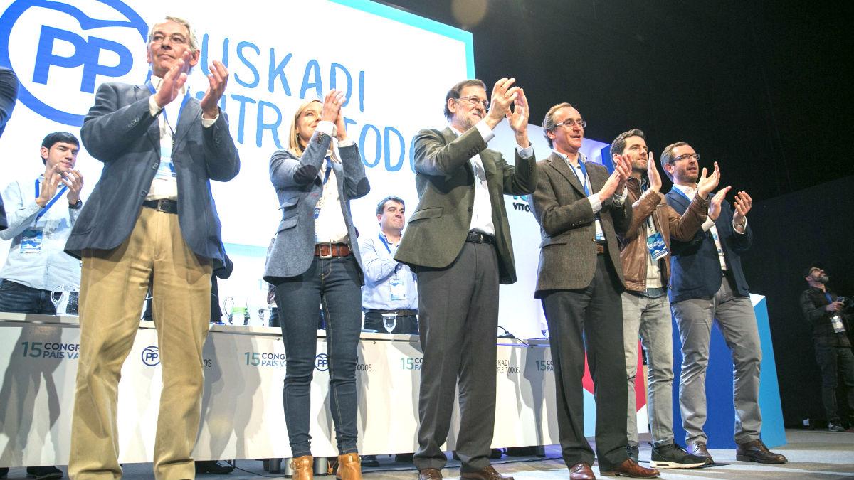 Alonso y Rajoy tras la proclamación del primero como líder del PP vasco (Foto: Efe).