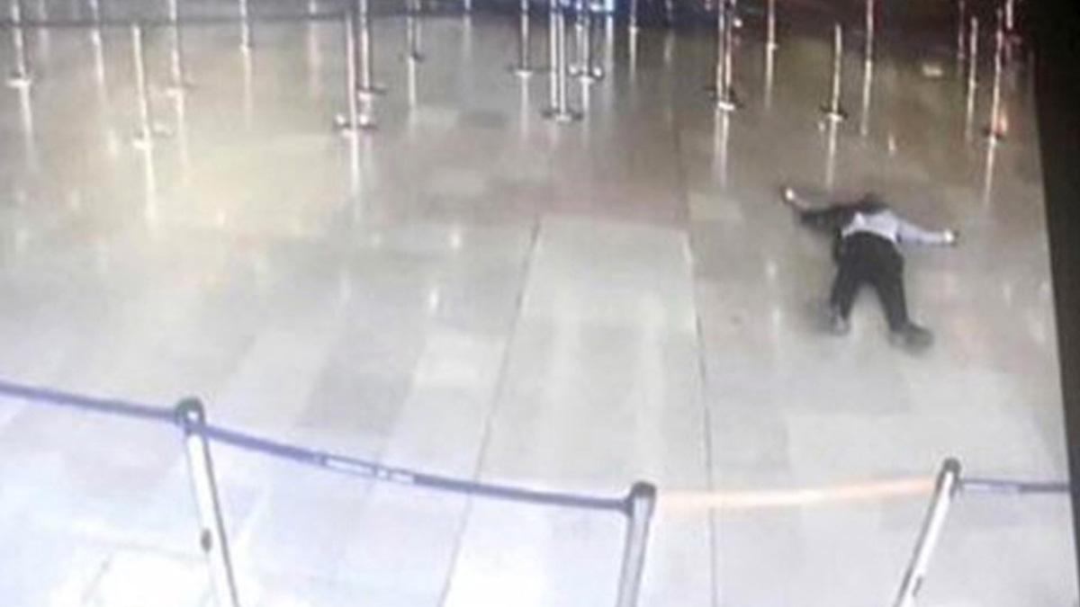 El atacante de Paris Orly en el suelo tras ser abatido (Foto: AFP)