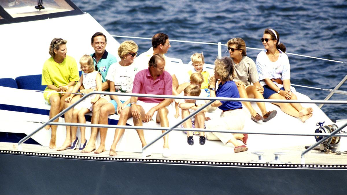 Los Príncipes de Gales junto a la Familia Real española a bordo del Fortuna, en el verano de 1990 (Foto: Ángel Millán/EFE).