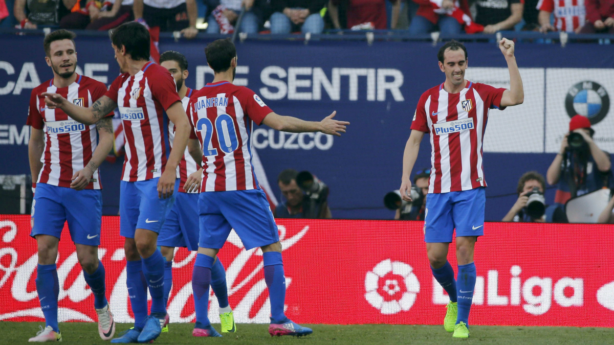Godin celebra el gol del Atlético junto a sus compañeros. (EFE)