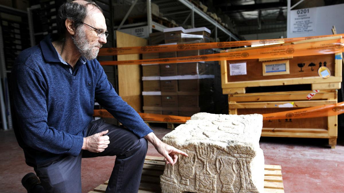 El profesor Gideon Avni muestra los restos arqueológicos (Foto: AFP).