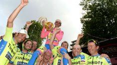 Tinkov, con el cabello teñido de rosa, saca a hombros a Contador.