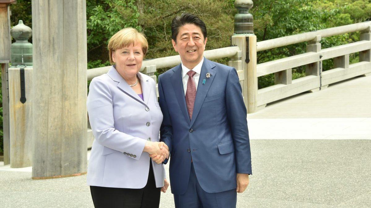 Shinzo Abe, primer ministro de Japón y Angela Merkel, canciller alemana. Foto: Getty