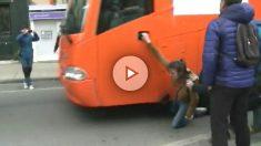 Una joven herida en un pie al tratar de evitar la entrada en Pamplona del autobús de Hazte Oír.