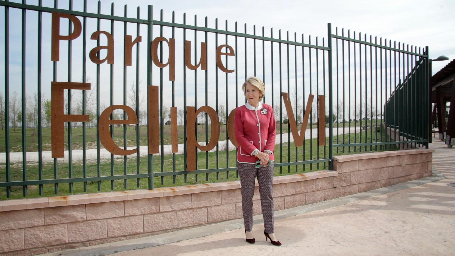 Esperanza Aguirre visitando el Parque de Felipe VI.