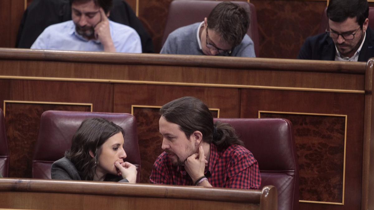 Pablo Iglesias e Irene Montero conversando en el Congreso (Foto: Francisco Toledo)