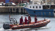 Efectivos de Salvamento Marítimo buscan el pesquero hundido en el puerto de Barcelona. (EFE)