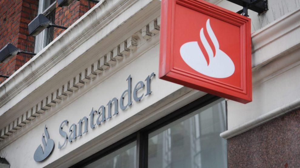Fachada de una sucursal de Banco Santander.