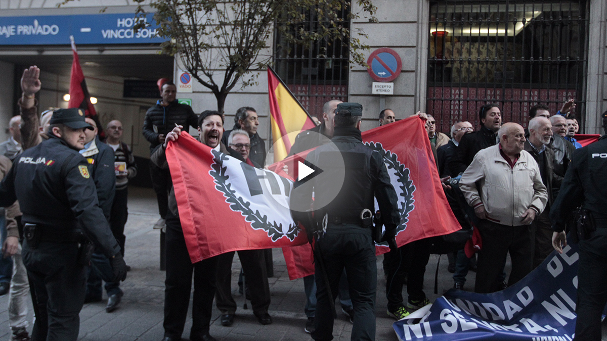 Un grupo de manifestantes increpan al expresidente Mas a su llegada.