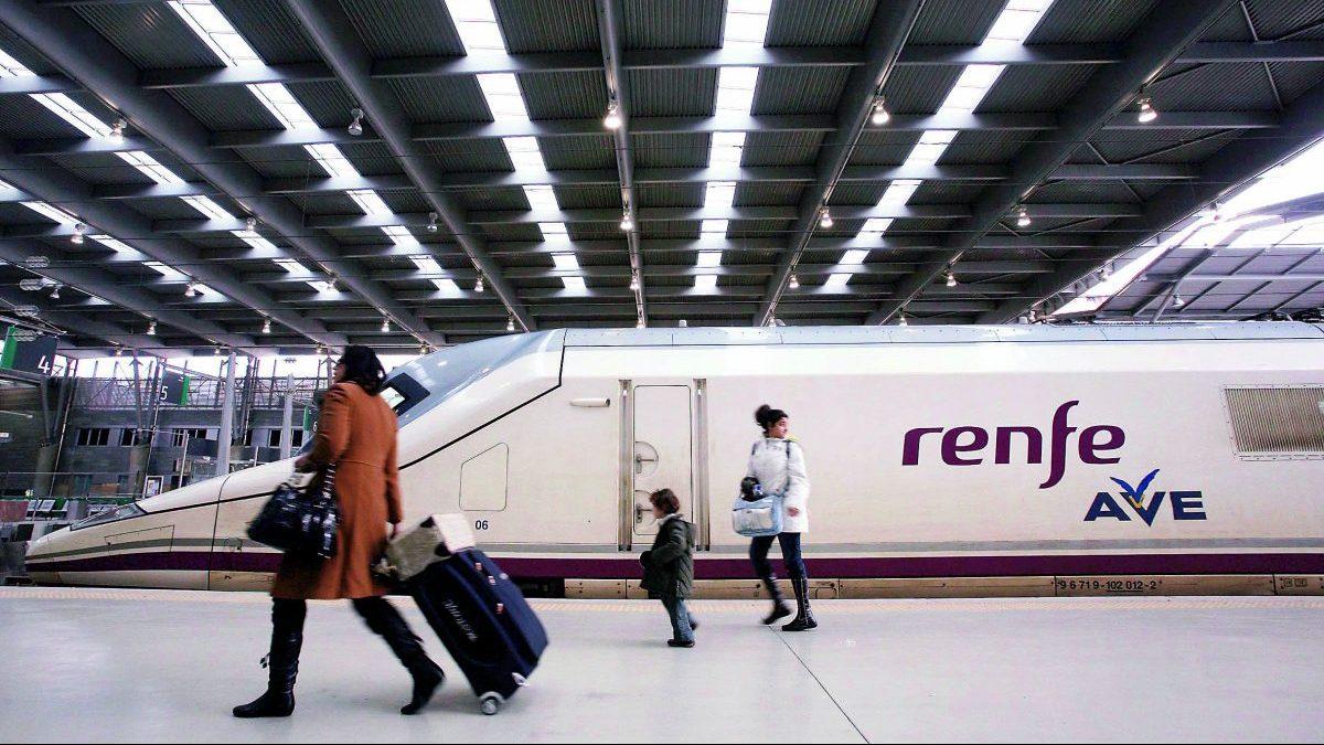 Llegada a la estación María Zambrano de Málaga del primer AVE que cubre el trayecto entre Málaga y Barcelona sin parar en Madrid.