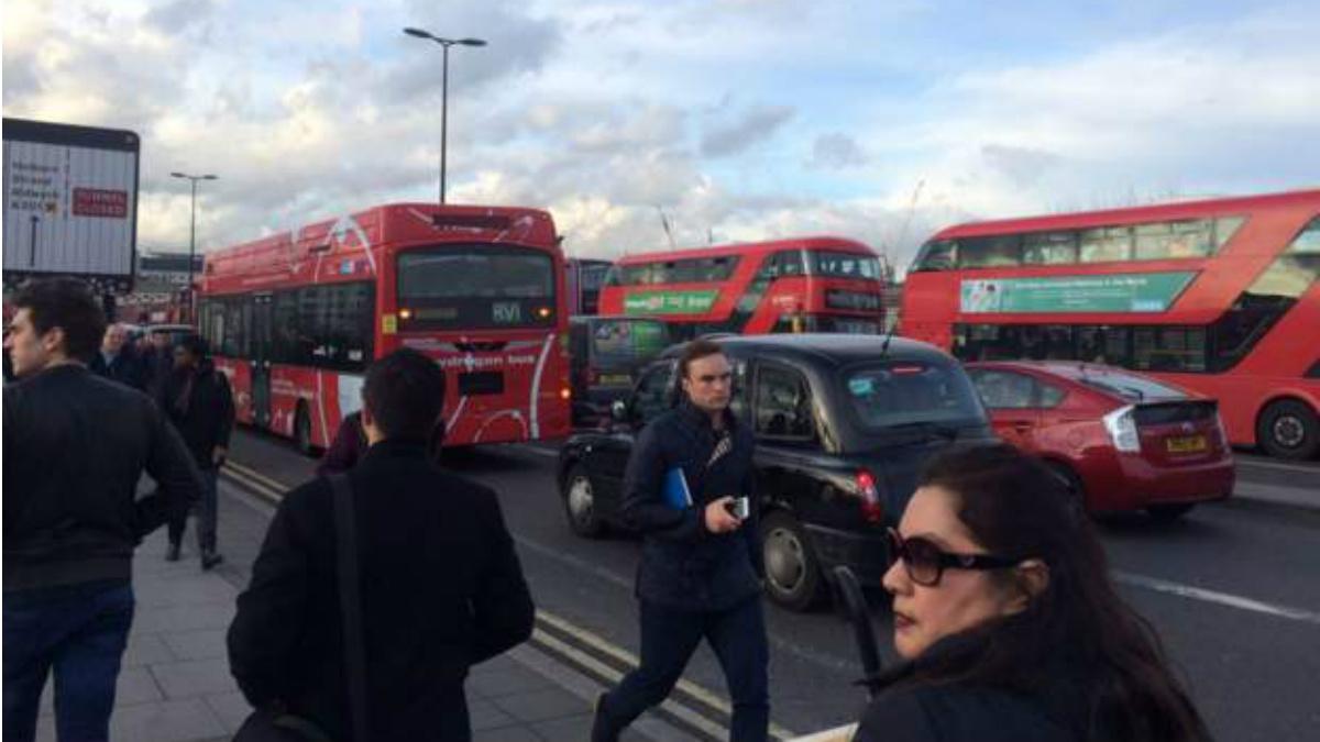 El puente de Waterloo atascado tras el cierre del tráfico en Londres por el atentado en Westminster.
