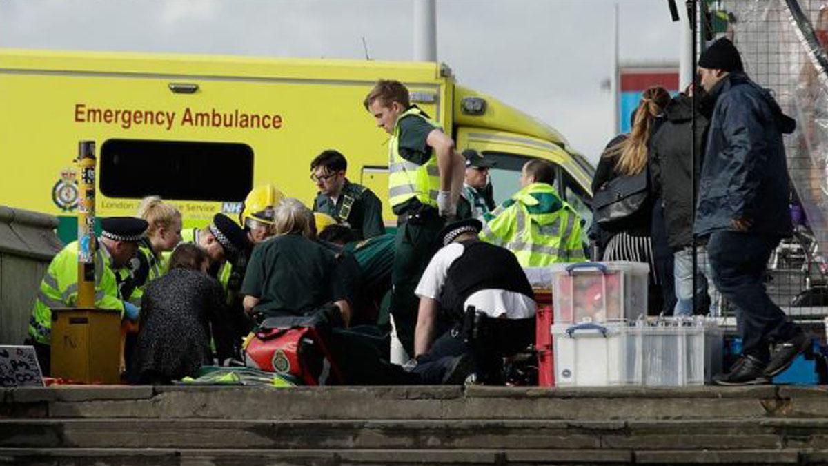 La mujer que cayó al Támesis recibe tratamiento médico urgente.