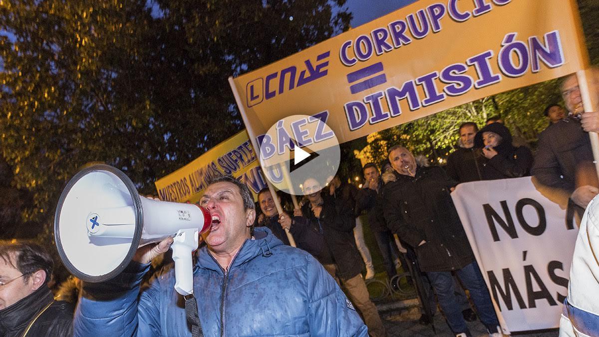 Las autoescuelas se manifiestan contra CNAE a las puertas del Ritz. (Foto y vídeo: Alberto Nevado/OKDIARIO)