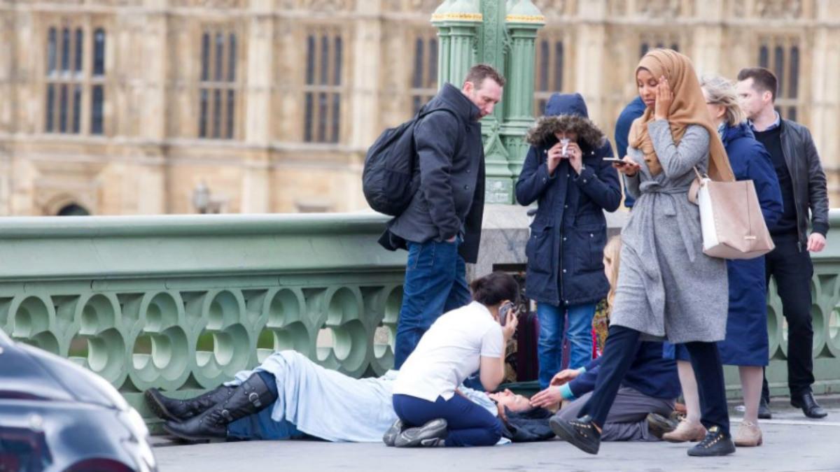 La polémica imagen de la mujer musulmana caminando sobre el puente de Westminster junto a un herido.