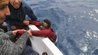 Pescadores libios rescatan a varios inmigrantes  (Foto:AFP)
