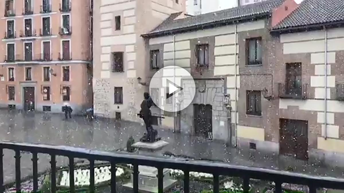 La nieve sorprende a los madrileños recién estrenada la primavera