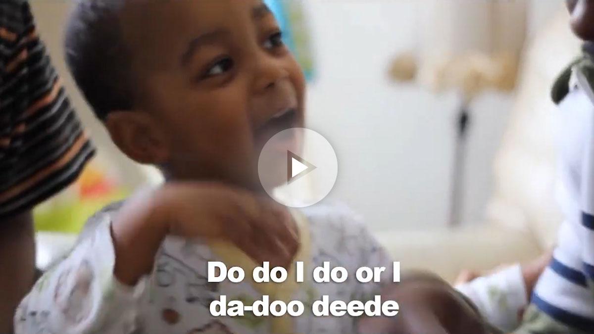 Un niño de dos años rapeando improvisadamente