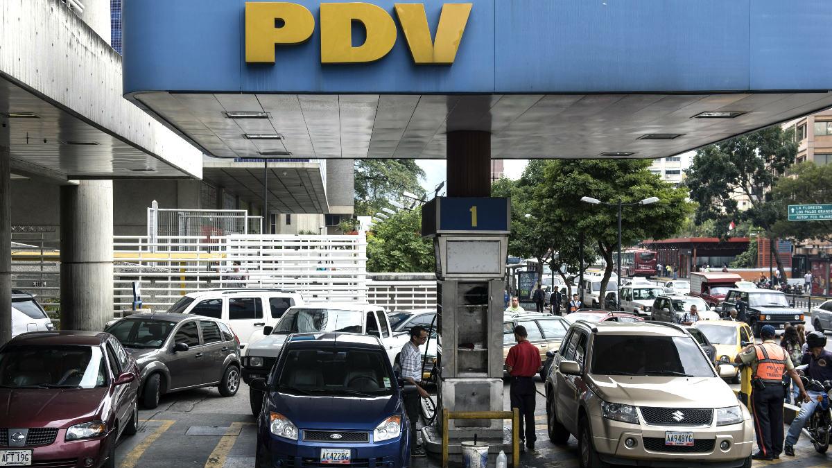 Colas en una gasolinera de Caracas (Foto: AFP).