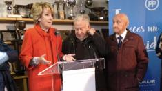 La portavoz municipal del PP, Esperanza Aguirre, en su visita apoyando al C.D. Moscardó. (Foto: OKDIARIO)
