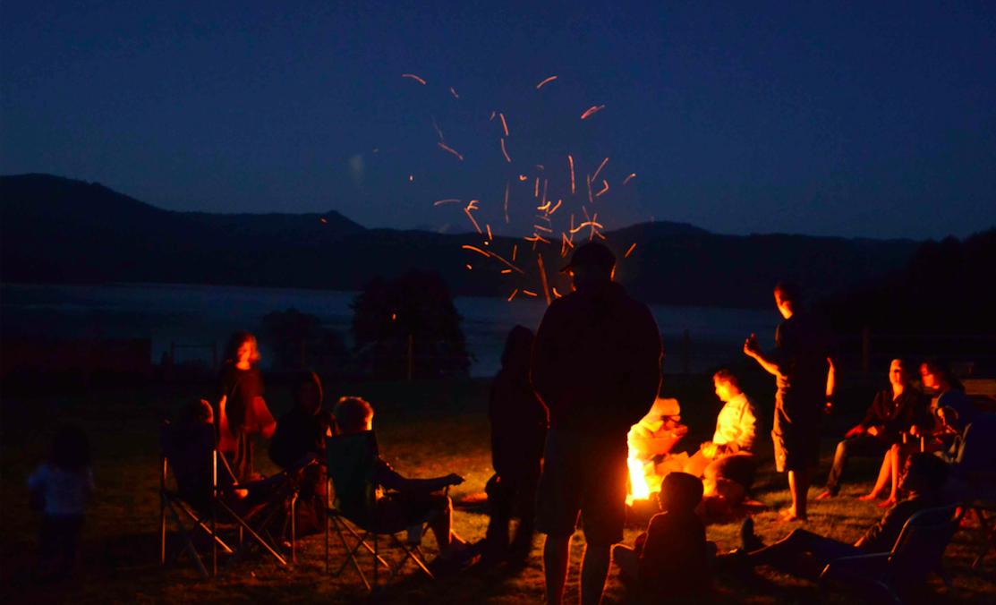 Amigos disfrutando de una noche de camping (Foto: Istock)