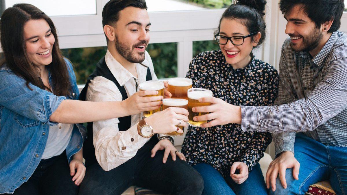 Un grupo de amigos brinda con cerveza (Foto: Istock)