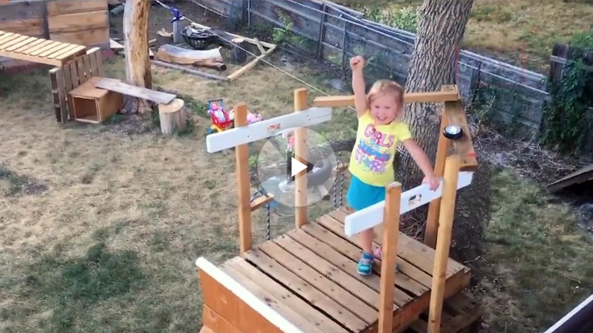 Una niña jugando al 'Ninja Warrior' gracias al esfuerzo de su padre