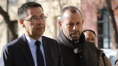 Sandro Rosell entra a los juzgados junto a Josep María Bartomeu. (EFE)