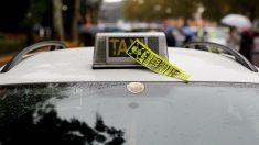 Un taxi con una pegatina contra Uber (Foto: GETTY).